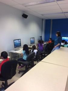 enfants-dans-salle-informatique